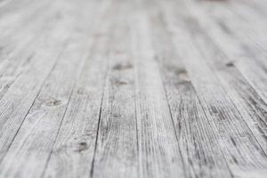 Drewno: co zrobić, żeby nie ciemniało i jak je przyciemnić?